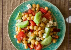 ensalada-de-garbanzos-con-feta-pepino-y-tomate-foto-principal